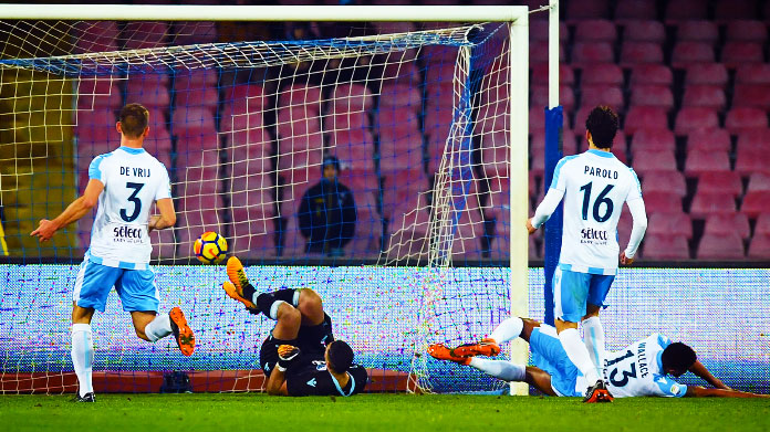 Il Napoli travolge la Lazio 4-1 e torna in testa